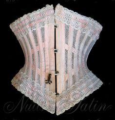 Corset d'été 1900' en tulle de coton blanc et coton rayé blanc et rose, orné  de broderie blanche sur le haut et le bas,  comportant  16 baleines - Busc de 26 cm avec 4 attaches - Tour de taille 50 cm. Collection Nuits de Satin