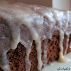 I found this recipe for Banana Bread and Vanilla Browned Butter Glaze at Averie Cooks. I mean, really, when someone claims to have found the perfect banana bread … Icing For Banana Bread, Banana Bread Glaze, Perfect Banana Bread Recipe, Lemon Glaze Icing, Banan Bread, Easy Icing Recipe, Butter Icing, Banana Bread Recipes, Brown Butter