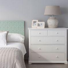 Clint, una cómoda en blanco perfecta para cualquier habitación. Con cincocajones muy grandes y prácticos.