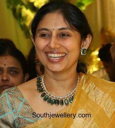 Sarita Reddy in a diamond emerald necklace set photo Beaded Jewelry Designs, Jewelry Design Earrings, Indian Jewellery Design, Bead Jewellery, Necklace Designs, Indian Jewelry, Jewellery Sale, Punk Jewelry, Western Jewelry