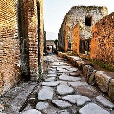 Rua de pedras em Pompeia, próxima a Nápoles, região da Campânia, Itália.