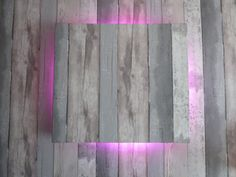zelfgemaakte lamp. plank zelfde behang geven, balkjes erachter en led verlichting erop vastmaken die afwisseld van kleur. hangt in mijn zoontjes kamer.