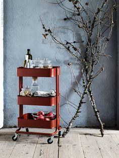 En rustik och enkel vardagsstil kräver inte så mycket för att skapa det där hemtrevliga julstöket där man bara vill vara. Några grenar från skogen och stämningsfulla ljus så är vi på god väg mot årets jul!