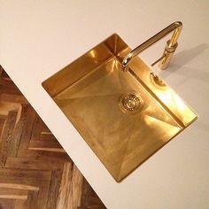 24 carat gold Quooker Fusion with matching gold sink. Bathroom Sink Taps, Kitchen Taps, Gold Bathroom, Sink Faucets, Sinks, Teal Kitchen, Home Decor Kitchen, Rustic Kitchen, Kitchen Interior