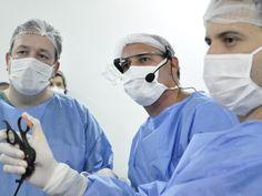 Um cirurgião de Salto (SP) é o primeiro no Brasil que usou o Google Glass para transmitir uma cirurgia em tempo real para outros médicos, que estavam em uma sala anexa no hospital. Segundo ele, é uma maneira mais prática de transmitir conteúdo do que uma filmagem tradicional. No G1.