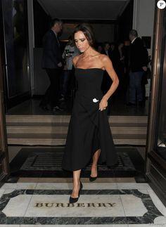Victoria Beckham quitte le magasin Burberry sur Regent Street à Londres, habillée d'une robe Victoria Beckham (collection croisière 2016) et de chaussures noires. Le 3 novembre 2015.