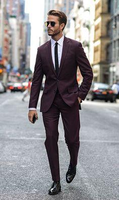 usar traje burdeos