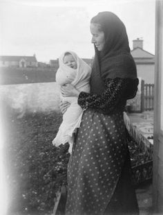 baby wrapped in a hap, courtesy of the Shetland Museum and Archives. Fair Isle Knitting, Baby Knitting, Vintage Knitting, Nose Warmer, How To Purl Knit, Edwardian Era, Women In History, Mothers Love, Historical Clothing