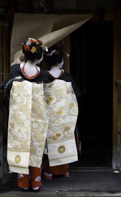 京都 祇園 だらりの帯の舞妓さん Maiko in Kyoto, Japan