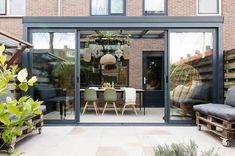 MAKE-OVER MIJDRECHT •  Een tuinkamer is ideaal voor een rijtjeshuis, het enige wat je nodig hebt, is een tuin. Een grote verbouwing is niet nodig en, de tuinkamer helemaal op maat wordt gemaakt.   Gezien op tv: seizoen 12 aflevering 3   weer verliefd op je huis   Fotografie Barbara Kieboom   Styling Eva van de Ven Outdoor Furniture Sets, New Homes, Backyard Deck Ideas On A Budget, Outdoor Decor, Modern Design, Patio Design, Home Remodeling, Sunroom Designs, Home And Garden