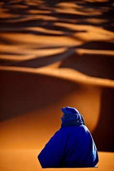 """Algeria: """"Curves of the desert"""" by The Tuareg are a Berber people with a traditionally nomadic pastoralist lifestyle. They are the principal inhabitants of the Saharan interior of North Africa. He blends into the curves of the Sahara desert dunes. We Are The World, People Of The World, Wonders Of The World, Desert Dream, Desert Life, Desert Oasis, Desert Dunes, Beautiful World, Beautiful Places"""