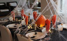 Astetta hurjemmat juhlat saadaan aikaan, kun lisätään hämähäkin seittiä, luurankoja ja rottia... Katso miten hillitystä haamujuhlasta saadaan hurjempi halloween!Koko ruokapöytä on hämähäkinseitin verh...