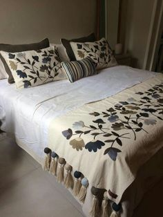Skinny Quilts, Bed Cover Design, Designer Bed Sheets, Mexican Home Decor, Border Embroidery Designs, Wool Quilts, House Quilts, Duvet Bedding, Bed Covers