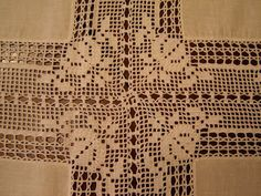 Lots of beautiful table linens with fabric and filet crochet. Crochet Curtain Pattern, Crochet Curtains, Curtain Patterns, Crochet Tablecloth, Crochet Doilies, Crochet Flowers, Crochet Lace, Filet Crochet Charts, Crochet Borders