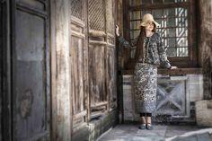 Gudrun Sjödéns Frühjahrskollektion 2015 - Die kurze Strickjacke Bali ist mit hübschen Bordüren und dekorativen Kokosknöpfen verziert. Erhältlich in Aubergine, Indigo oder Schwarz.