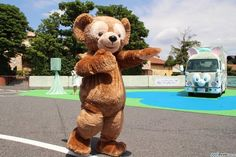 東京ディズニーシー(千葉県浦安市)の人気キャラクター・ダッフィーの友達、ジェラトーニをモチーフにした「ジェラトーニ・ワゴン」のお披露目式が19日、同パークのパーキングで行われ、ジェラトーニやミッキーたちがお祝いに駆けつけた。同ワゴンは30日から全国21都市を巡る旅に出発する。