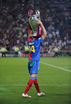 Thierry Henry of FC Barcelona with the trophy (Photo by AMA/Corbis via Getty Images) Football Icon, Best Football Players, World Football, Football Soccer, Camp Nou, Thierry Henry, Football Wallpaper, Arsenal Fc, Uefa Champions League