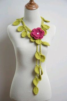 A parte de hacer bufandas, blusas, gorros, guantes, zapatitos; se pueden crear hermosos accesorios con crochet.   Esta técnica es muy flexib...