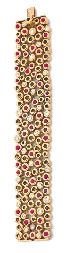 RENÉ BOIVIN ANNÉES 1960 Bracelet souple en or jaune 18K, orné d'alvéoles serties de diamants et de rubis. Non signé. Poinçon de maître. Dans son écrin. Longueur: 18,5 cm environ Largeur: 3 cm environ Poids brut: 133,4 g Le bracelet est accompagné d'un certificat d'authenticité de Madame Françoise CaillesRENÉ BOIVIN ANNÉES 1960 Bracelet souple en or jaune 18K, orné d'alvéoles
