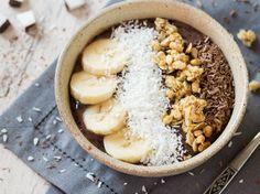 Acai Bowl mit Avocado, Kakao und Bananen