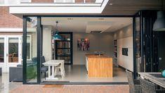 De pui kan open met doorloop naar overdekte veranda