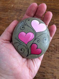 Eine perfekte kleine Zeichen der Liebe zum Valentinstag! Dieser Rock, ausgewählt von den Ufern des Lake Ontario, ist von Hand bemalt mit einem einzigartigen Herzdesign in Acryl. Jeder Stein ist mit einem klaren Versiegelung um den Lack zu schützen behandelt. Sie können drinnen oder