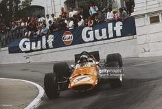 Bruce McLaren of New Zealand drives the Bruce McLaren Motor Racing... Nachrichtenfoto | Getty Images