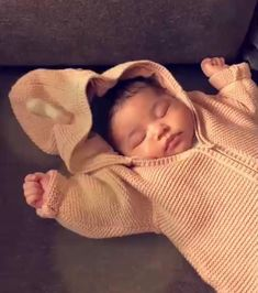 Kylie Jenner Shares Sweet New Pic Of Stormi As Her Strict Policy For People Meeting The Baby Is Revealed! Kylie Jenner News, Kardashian Jenner, Cute Kids, Cute Babies, Baby Kids, Kendall, Jenner Kids, Jenner Family, Beauty Products