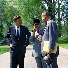 Jfk, Soekarno and vice Président Lyndon Johnson American Presidents, Us Presidents, Presidential History, John Fitzgerald, Jackie Kennedy, Great Leaders, Tecno, Founding Fathers, Jfk