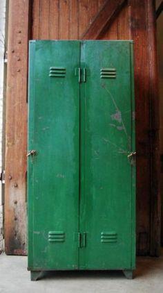 Gave geleefde groene oude locker. Industrieel vintage Industrial Style, Colorful Furniture, House Design, Locker Storage, Furniture, Vintage Lockers, Home Decor, Cupboard, Vintage