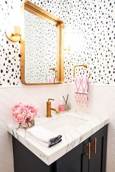 How amazing is this CaitlinWilson.com bathroom?? I just love the brass finishes! Want more great ways to include metallics in your home? Check out my latest blog post! Link in the bio ☺️ #homedecor #homedesign #caitlinwilson #metallics #hardware #finishes #bathrooms #homeinspo #designinspo #lindseytailored #bathroom #bathroomdecor #bathroomdesign #brass