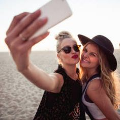 This is the best time of day to take a selfie Easy Listening, Charlie Chaplin, Stage Musical, Disney Musical, Netflix, Time Of Day, Cute Friend Pictures, Taking Selfies, Entertainment