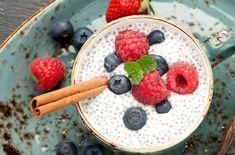 食物繊維だけでなく、オメガ3、カルシウムもたっぷり含んだスーパーフード「チアシード」の簡単デザート。このレシピではコクを出すためにアーモンドミルクにココナツクリームをブレンドしていますが、アーモンドミルクだけでもOK!好みや家にある材料でアレンジ自在です。