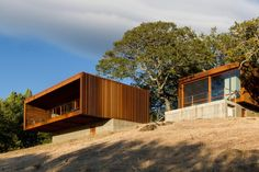 Full-height sliding glass walls maximises views of the beautiful countryside in Santa Rosa, California. The smaller of the two modules is designed for guests, with a bedroom, bathroom and private terrace.