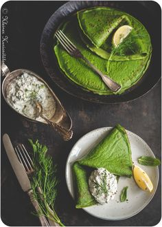 Spinach pancakes with herb quark Freeze Pancakes, Spinach Pancakes, How To Make Pancakes, Pancakes Easy, Pancakes And Waffles, Breakfast Platter, Breakfast For A Crowd, Sunday Breakfast, Crepes