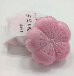 とらやの、桜の期間限定のさくら最中「御代の春」。色も味も上品な、コクのある白あんは、さすがとらやさん!食べていて幸せになる一品です。季節の贈りものに。【SPUR編集長 内田秀美】  http://lexus.jp/cp/10editors/contents/spur/index.html    ※掲載写真の権利及び管理責任は各編集部にあります。LEXUS pinterestに投稿されたコメントは、LEXUSの基準により取り下げる場合があります。