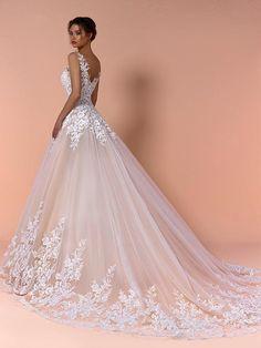 Traumhaftes Brautkleid mit Spitzenapplikationen auf Oberteil und Rock und Tattoo-Spitze. Couture, Formal Dresses, Wedding Dresses, Ball Gowns, Rock, Fashion, Ball Gown, Tops, Dress Wedding