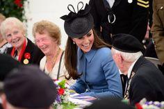 Pin for Later: Um die Welt in den besten Fotos der Woche Königlicher Besuch Kate Middleton traf sich mit Veteranen, die anlässlich des 70. Jahrestages der Landung in der Normandie zusammen gekommen waren.