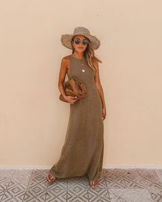 long knit summer dress and rattan hat outfit Beach Holiday Outfits, Beach Outfits Women Vacation, Holiday Outfits Women, Resort Wear For Women, Quoi Porter, Street Style Summer, Boho Outfits, Summer Outfits Boho Chic, Outfit Summer