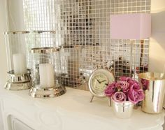 Dekoracje w stylu glamour na tle szklanej połyskującej mozaiki