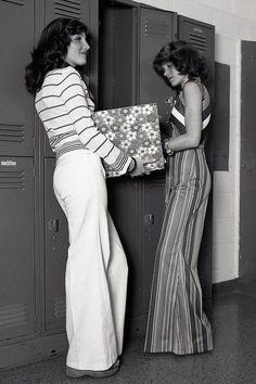 Two girls at their high school lockers, - vintage everyday - Deep Nostalgia 60s And 70s Fashion, Moda Fashion, Retro Fashion, Trendy Fashion, School Fashion, Fashion Fashion, Fashion Black, Fashion Ideas, 70s Hippie Fashion