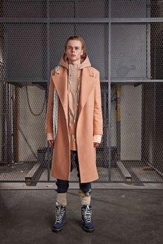 Off-White Fall 2019 Ready-to-Wear Fashion Show - Vogue Vogue Fashion, Fashion Show, Fashion Design, Runway Fashion, Fashion Brands, Womens Fashion, Trends 2018, Mountain Wear, Mens Fall