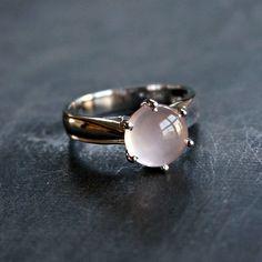 - Sterling silver - Natural rose quartz - Ring size: US 7.5