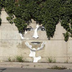 We hebben vijftien voorbeelden van street art voor je verzameld die op een vernuftige manier gebruik maken van en interacteren met de omgeving. 1. Stadsgezicht Dan Bergeron 2. Even de boom water geven, hoor Natalia Rak 3. De wereld gaat door het putje Pejac 4. De hele wereld zien Davyd Samuels 5. Karavaan in de […]