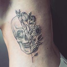 Tattoo feita na minha amiga Carol!! Obrigada pela oportunidade de fazer um trabalho tão manero!! #tattoo #tatuagem #kessyborges #kessyborgestattoo #ink #inked #flower #flowers #flowertattoo #skulltattoo #skull #vix #astattooistas #dot #dotwork #dotworktattoo