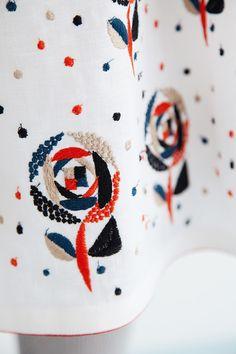 sand rose スカート | minä perhonen Hand Embroidery Projects, Hand Embroidery Patterns, Embroidery Techniques, Textile Patterns, Embroidery Thread, Beaded Embroidery, Textile Art, Embroidery Designs, Textiles