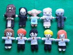 Harry Potter Felt Mini Dolls - TOYS, DOLLS AND PLAYTHINGS - I don't post much but I'm very proud of these little guys. My daughter is turning 10 this weekend and obsessed with Harry Potter right Harry Potter Felt, Harry Potter Crochet, Harry Potter Nursery, Harry Potter Items, Harry Potter Christmas, Felt Books, Quiet Books, Fuzzy Felt, Felt Ornaments