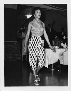 A model takes the catwalk in maybe the best capri pants I've ever seen at the Anniversary of the NAACP Banquet and Fashion Show in the El Cortez Hotel in San Diego, California. Vintage Mode, Vintage Black, Vintage Style, 1950s Fashion, Vintage Fashion, Shoes Editorial, Rainy Day Fashion, Wide Brimmed Hats, Vintage Pants