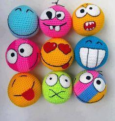 sirin yuz ifadeli orgu oyuncak toplar