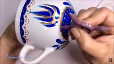 VITRO 150° Taza Azul con Oro. Mug Art, Piggy Bank, Mugs, Youtube, Ceramic Painting, Vestidos, Acrylic Paintings, Blue Nails, Mandalas